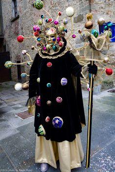 Venetian Costumes, Venice Carnival Costumes, Venetian Carnival Masks, Carnival Of Venice, Clowns, Costume Venitien, Venice Mask, Creative Costumes, Beautiful Costumes