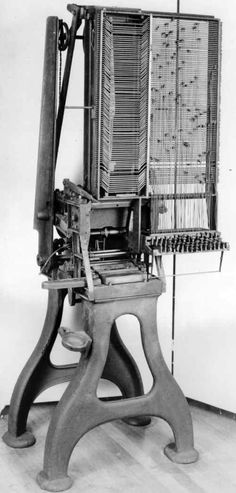 Una linocomponedora muy primitiva de Mergenthaler, circa 1884, llamada «Máquina de banda»; Es unos diez años anterior a la linotipia, el producto estrella de Mergenthaler y quizás una aproxiamción al cocepto de composición en caliente automatizada.
