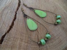 Boucles d'oreilles bronze avec goutte et sequin émaillé vert pomme : Boucles d'oreille par plumecreative