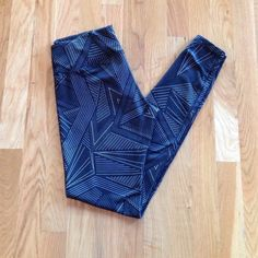 Old Navy Active Compression Pants Full length Old Navy Active compression pants/tights. Black with white triangular print. Wide waist band for flattering fit. Perfect for running, yoga or relaxing. Worn less than five times. Excellent condition. Old Navy Pants