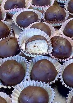 Σοκολατάκια με 3 υλικά !!!! ~ ΜΑΓΕΙΡΙΚΗ ΚΑΙ ΣΥΝΤΑΓΕΣ 2 Greek Sweets, Greek Desserts, Greek Recipes, Biscotti Cookies, Truffles, Cake Pops, Chocolate Cake, Deserts, Food Porn