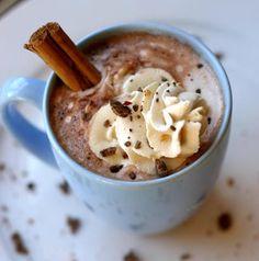 Süt, krema, vanilya, kakao, şeker ve çikolatayı bir sos tavasında herşey eriyene kadar çırparak ısıtın. Ilınan sıcak çikolatayı, çikolatalı dondurmayı...