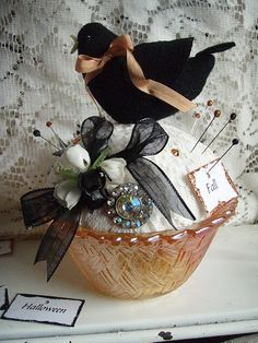 Blackbird pincushion in carnival glass bowl. Bird Crafts, Felt Crafts, Fabric Crafts, Sewing Crafts, Sewing Projects, Projects To Try, Half Dolls, Idee Diy, Needle Book