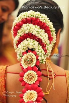 Bridal hairstyles and decoration for the south indian bride. South Indian Wedding Hairstyles, Bridal Hairstyle Indian Wedding, Indian Bridal Makeup, Indian Hairstyles, Bride Hairstyles, Hairdos, Wedding Makeup, Open Hairstyles, Bridal Braids