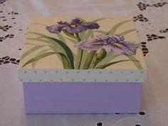 Caixa em MDF na cor lilás decorada com flores por decoupage em guardanapo. Pode ser
