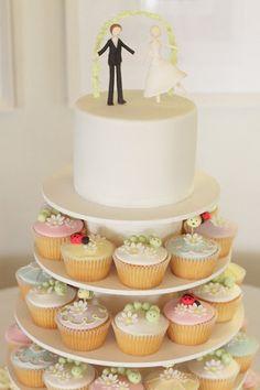 Bolo de casamento com cupcakes. #casamento #bolodosnoivos #cupcakes