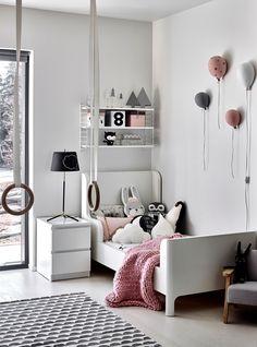 Lilin huone on pastellinen yhdistelmä valkoista, harmaata, mustaa ja vaaleanpunaista. Sänky on hankittu käytettynä. Lilin nukensängyt, leikkikeittiö ja kauniit rasiat on kaikki tuunattu sisustuksen värejä täydellisesti toistavaksi.  Foto: Krista Keltanen Girl Room, Baby Room, Koti, Kidsroom, Kids And Parenting, Room Inspiration, Room Decor, Interior Design, Bed