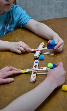 Kid's Craft, Popsicle Stick Catapult If you have kids who love to launch things then this craft is for them. It's an easy to make popsicle catapult. It only takes a few common items to make. Catapult For Kids, Popsicle Stick Catapult, Popsicle Stick Crafts For Kids, Crafts For Kids To Make, Popsicle Sticks, Craft Stick Crafts, Fun Crafts, Catapult Craft, Craft Kids