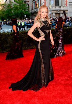 "Met Gala 2013 ""Punk: Chaos to Couture"": Taylor Swift en un look de J.Mendel."