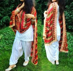 patiala salwar kurti design for girls If there's one style which is constantly linked to Indian Fashion, it is the Patiala suit. Dress Indian Style, Indian Dresses, Indian Outfits, Pakistani Dresses, Phulkari Suit, Patiala Salwar Suits, Designer Punjabi Suits Patiala, Churidar, Patiala Suit Designs