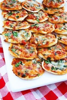 Thin crust pizza bites Make Your Own Mini Pizzas Printable Recipe (includes Pizza Dough recipe) Makes mini pizzas Ingredients 1 ball refrigerated pizza dough, store bought or homemade (see recipe below) 1 cup pizza sauce or jarred pasta sauce Your Snacks Für Party, Appetizers For Party, Appetizer Recipes, Snacks Kids, Pizza Appetizers, Dinner Recipes, Appetizer Ideas, Simple Party Food, Birthday Party Food For Kids