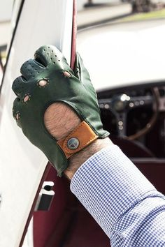 Perhaps modern gloves will never be the basis of a masculine style, but they are always complementary (as an accessory) that gives an excellent look.