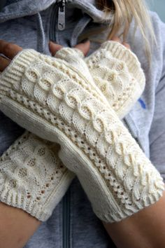 Olen tainnut hullaantua erilaisiin kämmekkäisiin ja ranteenlämmittimiin. Kokeilin, miten tuo klassikoksi muodostunut pitsikuvio taipuu käm... Knitted Mittens Pattern, Crochet Mittens, Crochet Gloves, Knitting Socks, Knitting Stitches, Knitting Patterns, Fingerless Gloves Knitted, Knitted Hats, Crochet Hand Warmers
