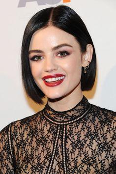 frisuren frauen, schwarzes kleid mit spitze, roter lippenstift, make up