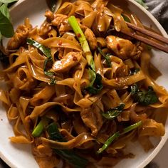 Drunken Noodle 7 oz rice noodle STIR FRY: oil 3 minced garlic cloves 2 thai chillies, deseeded minced onion sliced chicken fish sauce 2 green onions cut to Thai Basil SAUCE: Oyster Sauce Light Soy Dark Soy Sugar Water Easy Healthy Dinners, Healthy Dinner Recipes, Vegetarian Recipes, Cooking Recipes, Cooking Box, Thai Drunken Noodles, Thai Noodles, Rice Noodles, Korean Noodles