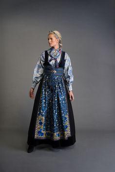 2017-10-Eva-Bunad-633-fin Frozen Costume, Scandinavian Fashion, Folk Fashion, Fantasy Dress, Folk Costume, Summer Outfits Women, Modern Outfits, Traditional Dresses, Well Dressed