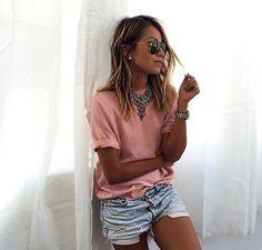 Shorts jeans, camiseta e maxi colar