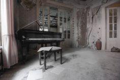 Dort an Klavier lauschte ich ihr - habe dich noch nie gesehen, kenne nur unzählige Geschichten von dir und deinem Mann. Ein Urologenpaar unter Schweigepflicht, doch eure Villa ist in aller Munde.