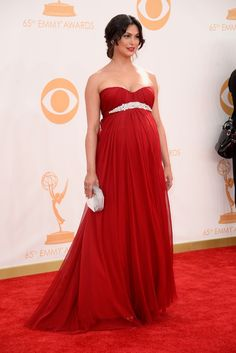 Morena Baccarin. Presumiendo de embarazo con un vestido de gasa rojo con escote corazón, la actriz de Homeland