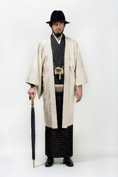 紳士の和服。來自開業僅一年的男裝和服品牌Y.&SONS秋冬系列和服。大膽的條紋和傳統的和風紋樣,取色兼顧穩重與流行。手作布料與腰帶,傳承著日本職人之技。