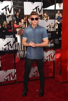 Not saying you have to wear something fancy all the time. HELL, Zac Efron's jean-on-jean look would work. 16 Pictures That Prove Justin Bieber Might Be Kind Of Hot If He Wore Different Clothes All About Justin Bieber, Justin Bieber Pictures, Violetta Live, Babe, Moda Chic, Mtv Movie Awards, Zac Efron, Swagg, My Idol