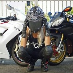 Motorcycles, bikers and more: Fotos Lady Biker, Biker Girl, Harley Davidson Wheels, Chicks On Bikes, Triumph Bikes, Ride Out, Motorbike Girl, Motorcycle Helmet, Hot Bikes