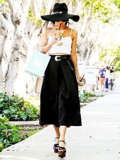 Vanessa Hudgens kann auch extravagant. Ihren schwarzen Midi-Rock kombiniert sie mit einem kurzgeschnittenen Crochet-Top.
