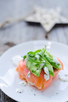 Zalmbonbon met forel Fresh Christmas prawn, salmon bonbon with trout. Filled with creme fraiche, diced apple and tarragon. Seafood Appetizers, Seafood Recipes, Gourmet Recipes, Appetizer Recipes, Healthy Recipes, I Want Food, Feel Good Food, Creme Fraiche, Yummy Eats