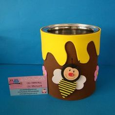 Lata decorada com EVA - abelha e flores Preço referente à lata de 800g decorada Pode ser utilizada para centro de mesa em festas infantis, para guardar objetos, para decoração, etc Consulte o vendedor para decoração em outro tema