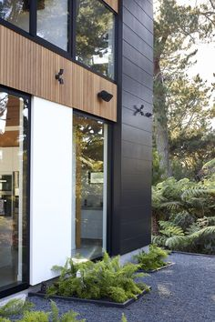 This home strikes the perfect balance of modern yet natural by mixing timber with Stria Cladding by James Hardie. Resulting in an eye-catching, sculptural home exterior. Cladding Design, House Cladding, Exterior Cladding, House Siding, Facade Design, Facade House, Timber Cladding, Modern Window Design, Modern Exterior House Designs