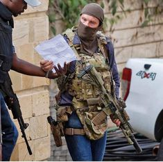 This SAS operator repeatedly ran back into hostile fire to rescue innocent civilians from the terror attack in nairobi. His eyes say it all.. Navy Seal Gear, Tac Gear, Tactical Survival, Tactical Gear, Survival Gear, Military Post, Military Police, Special Air Service, Special Ops