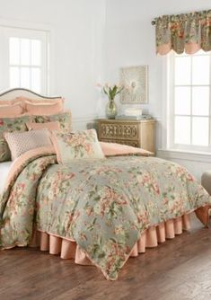 Who doesn't know a shabby chic concept? Check out these shabby chic bedroom ideas to inspire you! Beautiful Bedding Sets, Beautiful Bedrooms, Shabby Chic Bedrooms, Shabby Chic Decor, Waverly Bedding, Beige Bed Linen, Bed Linen Design, Simple Bed, Queen Comforter Sets
