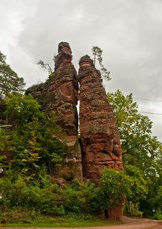 "Felsengruppe ""Braut und Bräutigam"" in Dahn -   Rocks called ""Bride and groom"" in the city of Dahn"