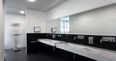 Casas-de-banho nas instalações da Leaseplan em Lisboa, Portugal