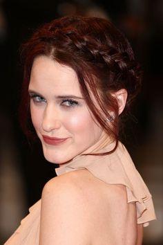 Rachel Brosnahan ose le chignon tressé sur le tapis rouge rehaussé d'un trait d'eye-liner !
