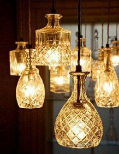 מנורת בקבוקי ויסקי יפהפיות בגדלים שונים. המאימות לנורות הברגה רגילות גם לנורות חסכוניות. מתאים לשילוב מספר גדלים ולתלייה בגבהים משתנים בדומה לצילום. המחיר ליחידה. LEE BROOM DESIGN