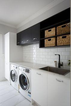 Lavanderias pequenas e modernas - Ármario preto e branco. Revestimento azulejo de metro. #apartamentopequeno #areadeserviço #laundry