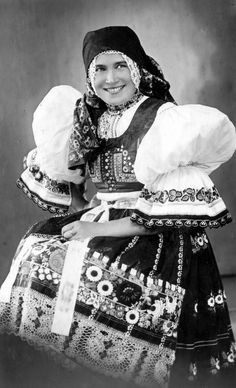 www.dolin.estranky.cz - Fotoalbum - FOTO HISTORIE HRUŠEK - KROJE, OBLEČENÍ Folk Costume, Costumes, Drawing Wallpaper, Lace Making, Vintage Pictures, Traditional Dresses, Czech Republic, Needlepoint, Painting & Drawing