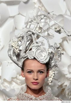 Edita Vilkeviciute wears paper floral headpieces created by Katsuya Kamo for Karl Lagerfeld's Chanel Haute Couture S/S . Have a nice day! Flower Headpiece, Headdress, Casco Floral, Caroline Reboux, Mademoiselle Coco, Large Paper Flowers, Floral Flowers, Crazy Hats, Paper Fashion