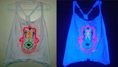 Regata pintada a mão, com estampas exclusivas fluor by Carol Soares./ Shirt painted by hand, with fluor exclusive prints by Carol Soares  #shirt #camisa #fluor #handmade #feitoamão #hamsa #artepravestir