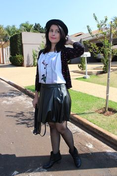 Leather skirt, boots, t-shirt and cardigan. Saia de couro, bota de cano curto, camiseta e cardigã com estampa de beijo. http://www.elropero.com/2014/07/fashion-set-cardiga-estampa-de-beijo-chapeu.html