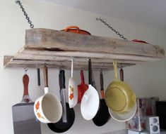 Anyone looking for a great way to integrate a pallet into the kitchen? How about a pallet pot rack? It looks so easy and cute. You could leave the pallet as is, or you could refinish it and have a completely different look. Diy Kitchen Furniture, Diy Pallet Furniture, Diy Furniture Projects, Diy Pallet Projects, Pallet Ideas, Palette Furniture, Furniture Plans, Wood Projects, Playhouse Furniture