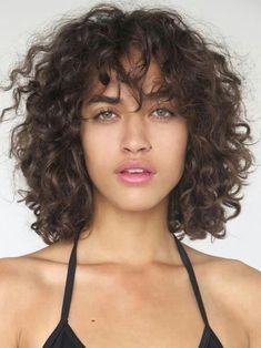 Hairstyles for medium hair Trendy Hairstyles Curly Bangs 32 Ideas Trendy Frisuren Curly Bangs 32 Ideen Curly Lob, Curly Hair With Bangs, Curly Hair Cuts, Curly Hair Styles, Natural Hair Styles, Curly Short, Medium Curly, Curly Perm, Curly Hair Layers