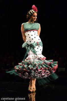 Dress Like a Carnation Cute Fashion, Unique Fashion, Retro Fashion, Fashion Design, Flamenco Costume, Flamenco Dancers, Flamenco Dresses, Spanish Dress, Mode Vintage