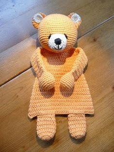 """Nog een """"voorlopig"""" laatste lappenpop. Ook deze is van katoen en heeft geborduurde oogjes. Het lijf is van de panda uit het boekje """"Lappenpoppen haken"""" en het hoofd is van de Forever Friends beer van"""