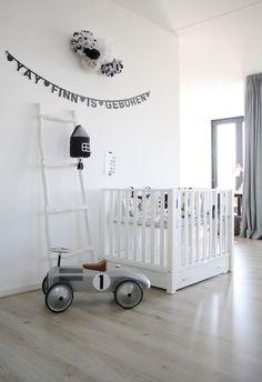 chambre bébé blanche, décoration de chambre d'enfant noir et blanc
