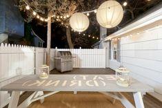 veranda party im sommer lichterketten und runde hängelampen aus pappe