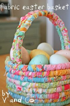 Easter fabric baskets -- just need rope and strips of fabric to wrap around. Really cute idea for an easter basket Spring Crafts, Holiday Crafts, Holiday Fun, Family Holiday, Halloween Crafts, Diy Craft Projects, Sewing Projects, Craft Ideas, Quilting Projects