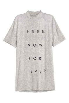 T-shirt avec col semi-montant: T-shirt long en jersey avec impression. Modèle avec couture d'épaule descendue et col semi-montant.