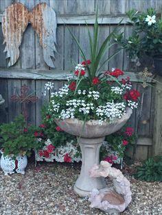 Container gardening and Pot Ideas, see the gardening pin idea number 2044669125 to planting our favorite plants in a container. Garden Yard Ideas, Garden Crafts, Garden Projects, Bird Bath Garden, Garden Planters, Outdoor Planters, Gemüseanbau In Kübeln, Container Gardening Vegetables, Unique Gardens